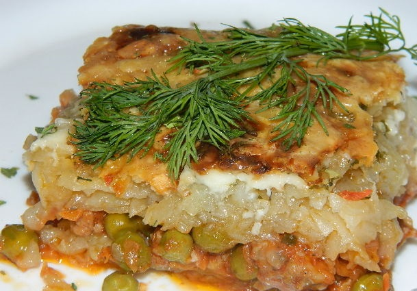 Potato casserole with green peas and minced meat