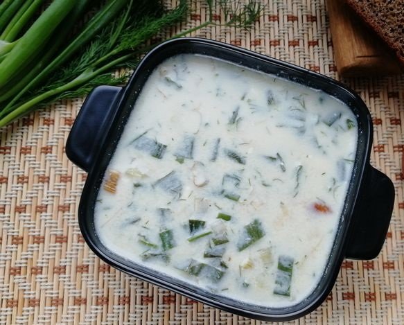 Cheese soup with young green onions and potatoes