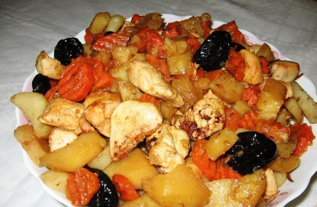 Tsimes made from potatoes, chicken, raisins and prunes