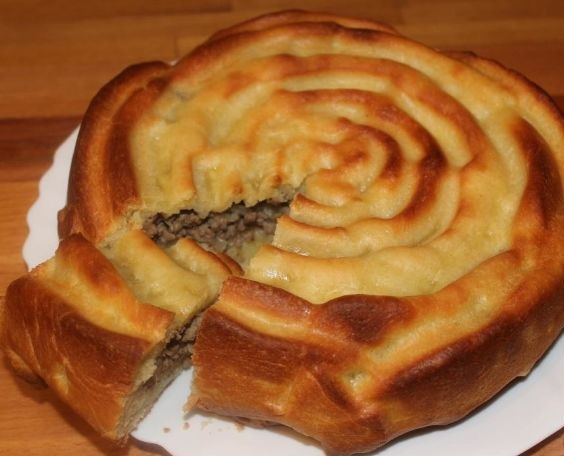 Pot-pie (pie) with meat and potatoes