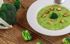 Broccoli puree soup with cashews and croutons
