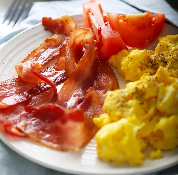 Keto scrambled eggs with bacon