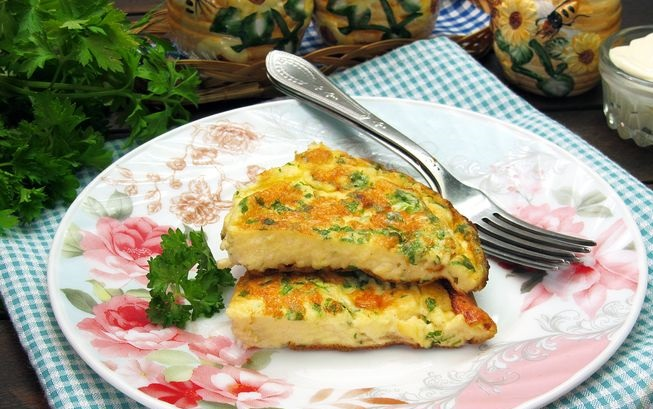 Mayonnaise omelet with melted cheese and herbs