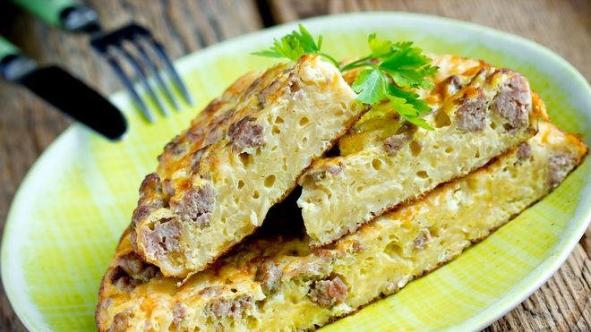 Omelet with instant noodles and minced meat