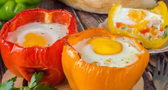 Fried eggs in pepper, with cheese, ham and onions (in the oven)
