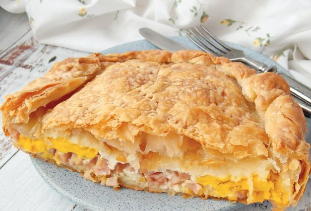 Fried eggs in puff pastry with ham and onions