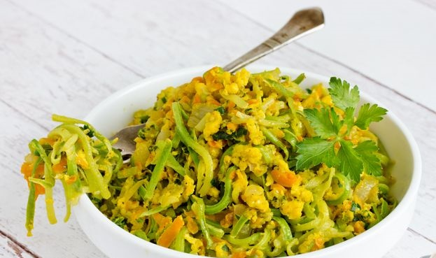 Zucchini noodles with onions, carrots and eggs