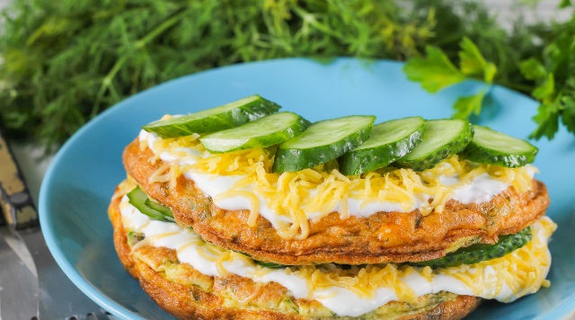 Omelet with cheese and cucumbers