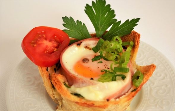 Bread baskets with egg, ham and cheese