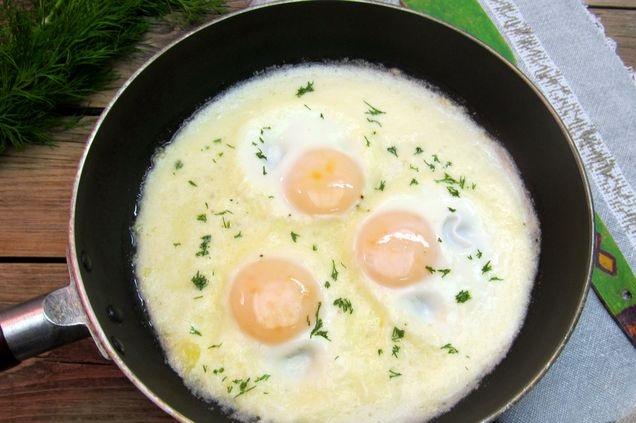 Fried eggs in sour cream