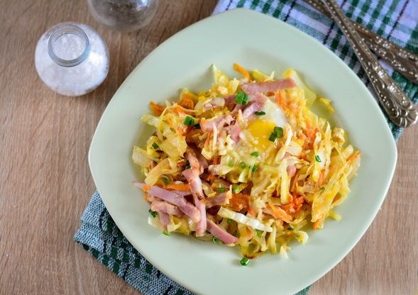 Fried eggs with cabbage, ham and cheese
