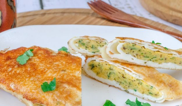 Egg roll with cheese and herbs