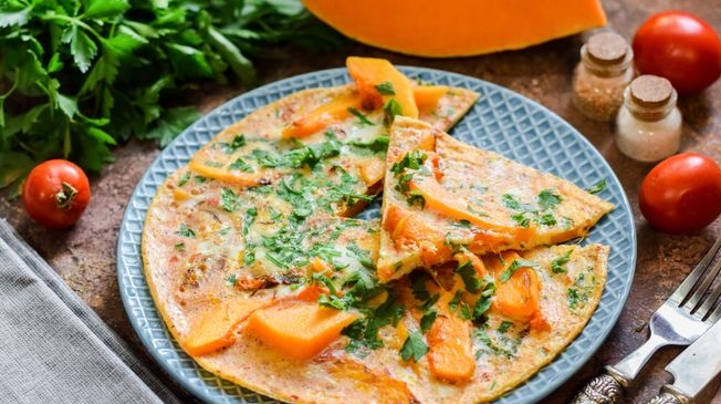 Omelet with pumpkin and herbs