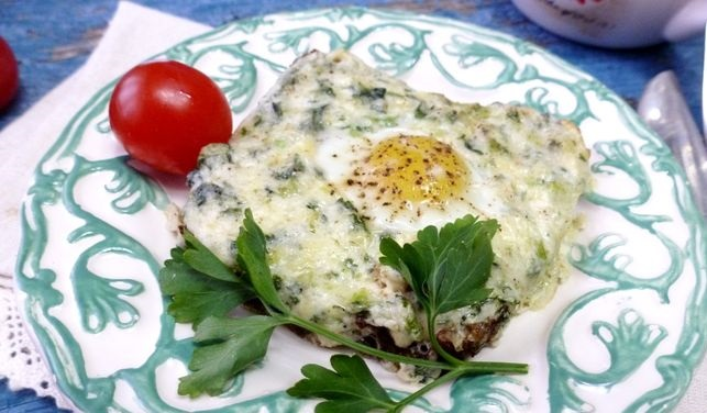 Hot sandwiches with curd cheese, spinach and egg