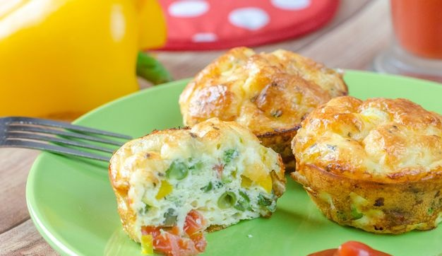 Omelet muffins with vegetables and cheese