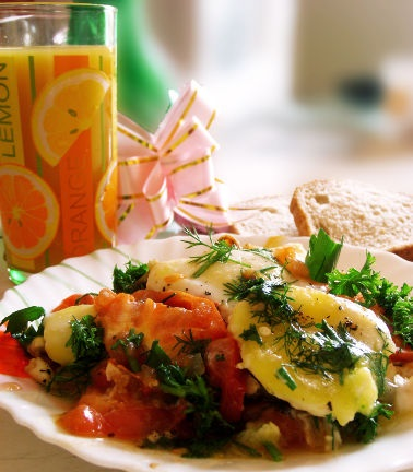 Scrambled eggs with tomatoes and herbs