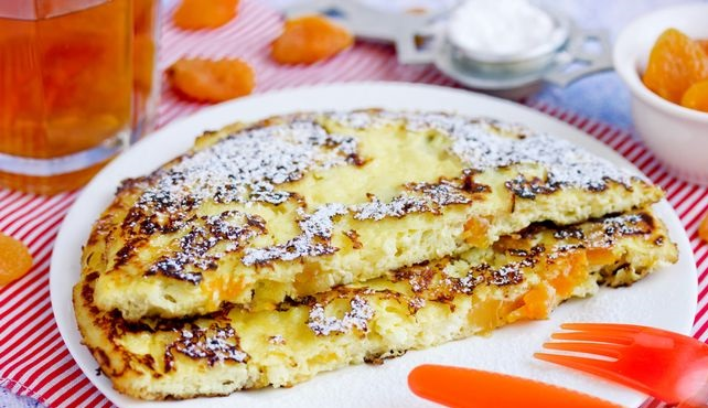 Sweet omelet with cottage cheese and dried apricots
