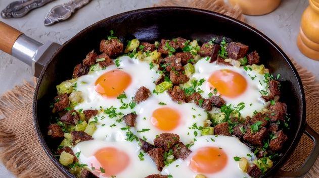 Scrambled eggs with zucchini and rye bread