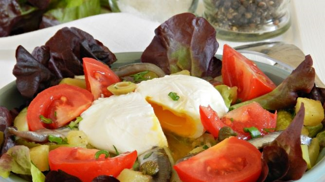 Salad with potatoes, sprat and poached egg