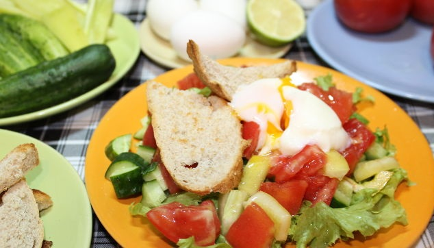 Fresh vegetable salad with poached egg