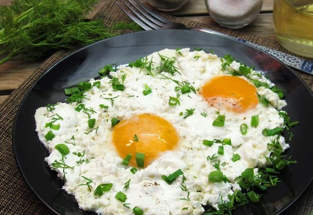 Scrambled eggs with cottage cheese and sour cream