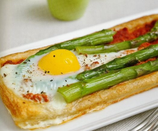 Egg and asparagus puff