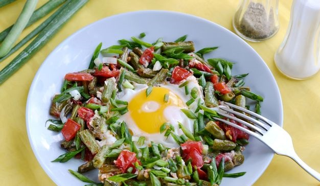 Fried eggs with green beans, tomatoes and herbs