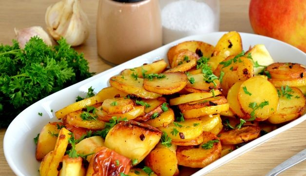 Fried potatoes with apples