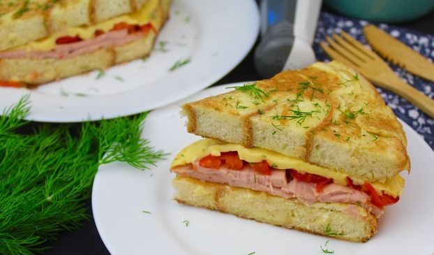 Bread omelet with ham, tomatoes and cheese