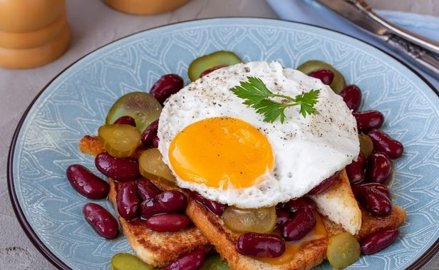 Toast with egg, canned beans and pickles