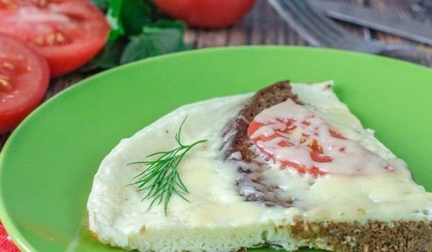 Omelet with rye bread, tomatoes and cheese