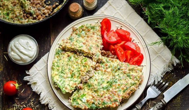 Omelet with buckwheat, sour cream and herbs