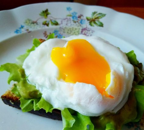Toast with avocado pasta and poached egg