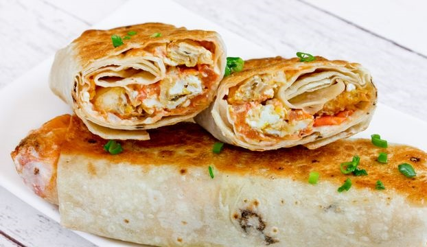 Scrambled eggs with tomatoes and onions in pita bread (in a pan)