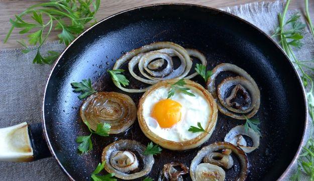 Scrambled eggs in onion rings
