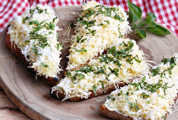 Croutons with cheese, egg and basil