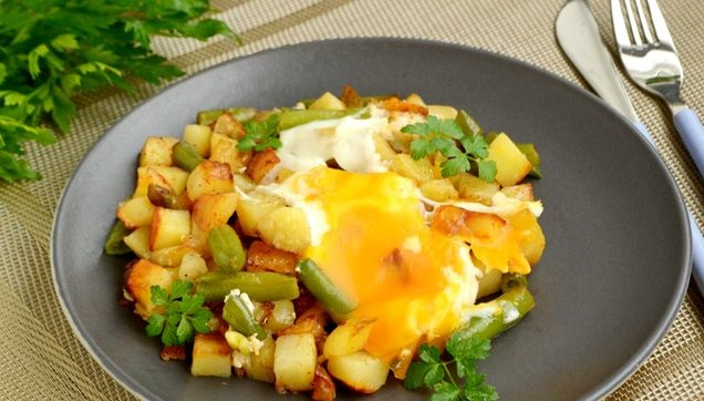 Fried potatoes with green beans and eggs