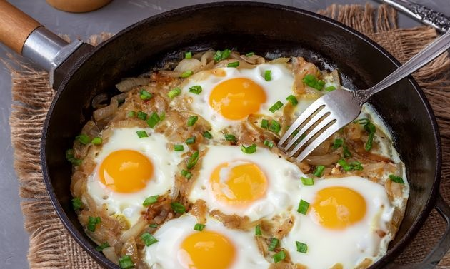 Scrambled eggs with fried onions