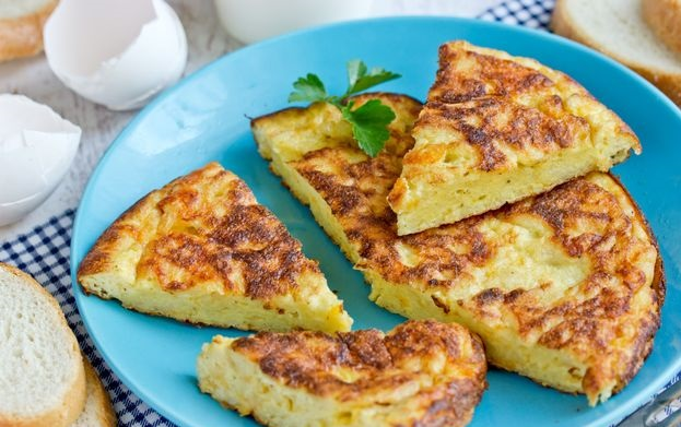 Omelet with cheese and bread