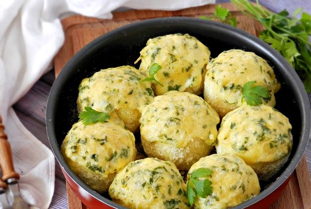 Potato balls-zrazy with cutlets baked with cheese