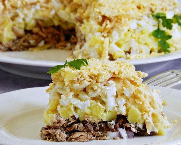 Puff salad with tuna, potatoes and apple