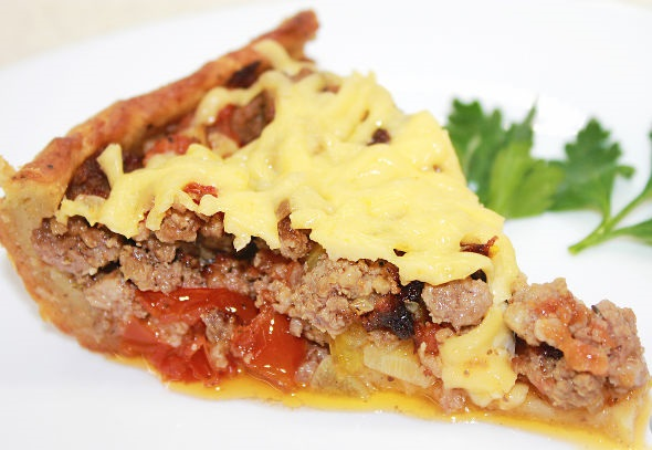 Open meat pie with potato dough