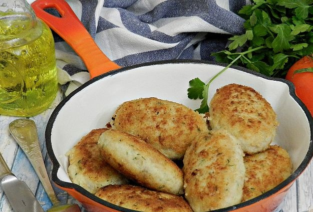 Chicken cutlets with potatoes and cheese