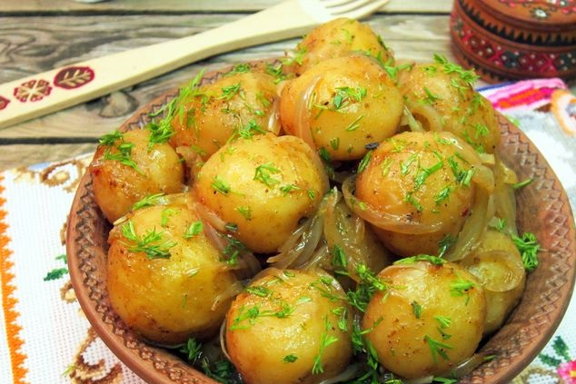New potatoes, baked in a bag, with onions