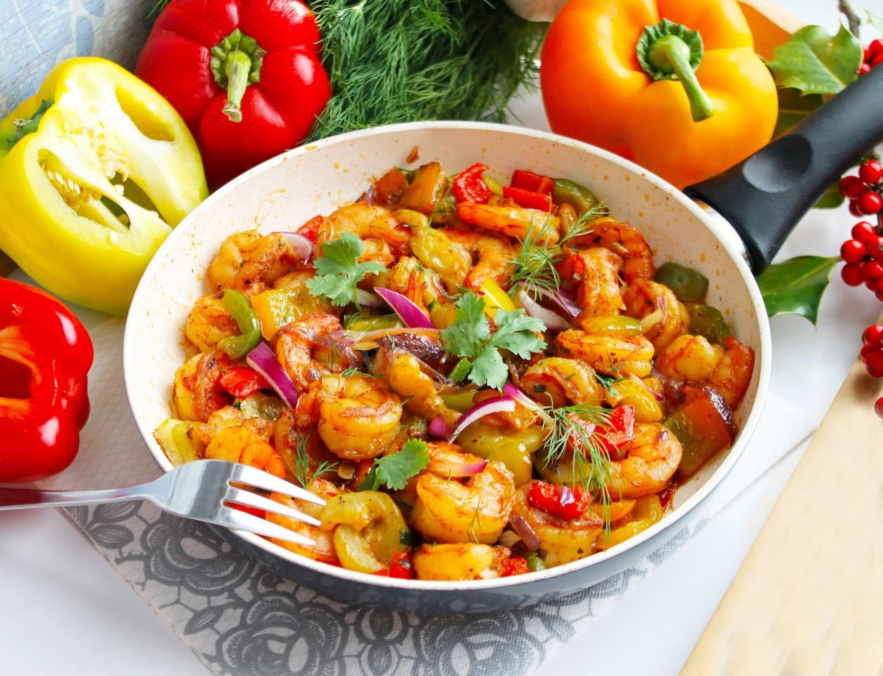 SHRIMPS WITH VEGETABLES WITH SOY SAUCE IN A FAN