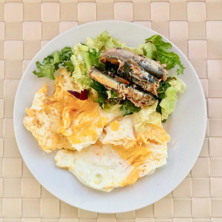 Keto breakfast: omelet with sardines