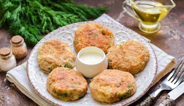 Potato cutlets with canned tuna, cheese and herbs