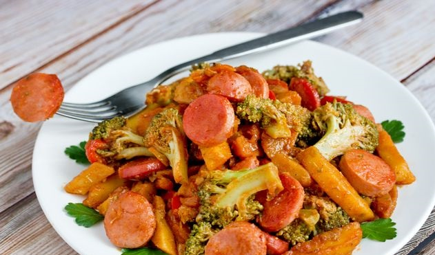 Potatoes stewed with broccoli, sausages and bell peppers