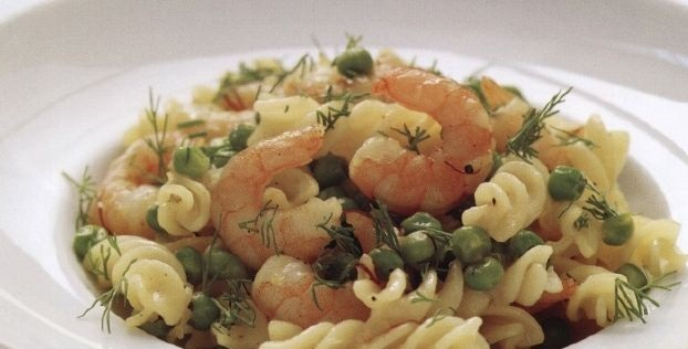 Pasta with shrimps and green peas