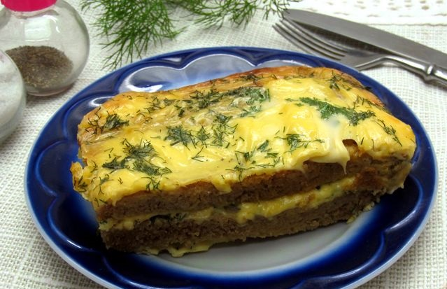 Rye bread casserole with cheese and herbs